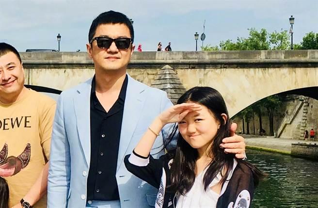 李亞鵬宣布女兒李嫣將從慈善基金會退休。(圖/翻攝自一號立井微博)