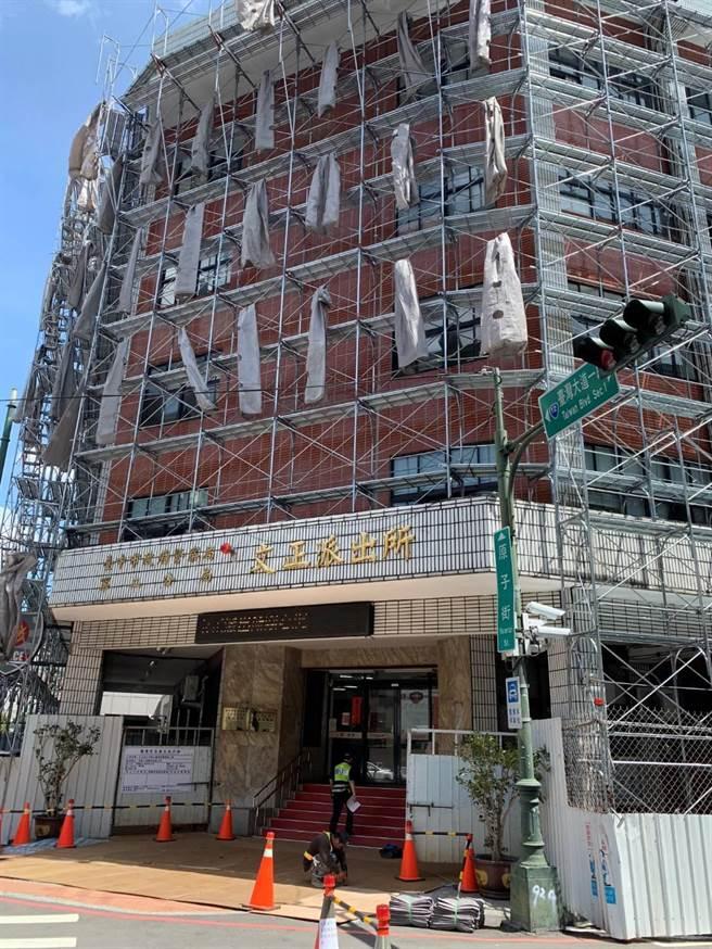 台中市警二分局文正派出所廳舍建於1986年間,迄今已35年歷史,早期老建築為紅色外觀。(台中市警二分局提供/張妍溱台中傳真)