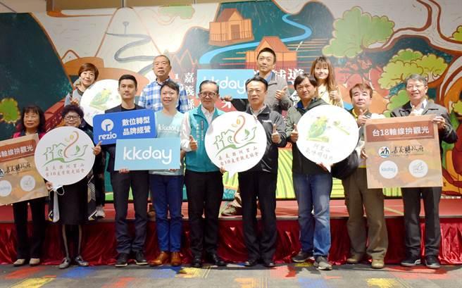 縣府攜手KKday與新成立的「嘉義縣阿里山台18產業觀光協會」簽署三方合作MOU。(呂妍庭攝)
