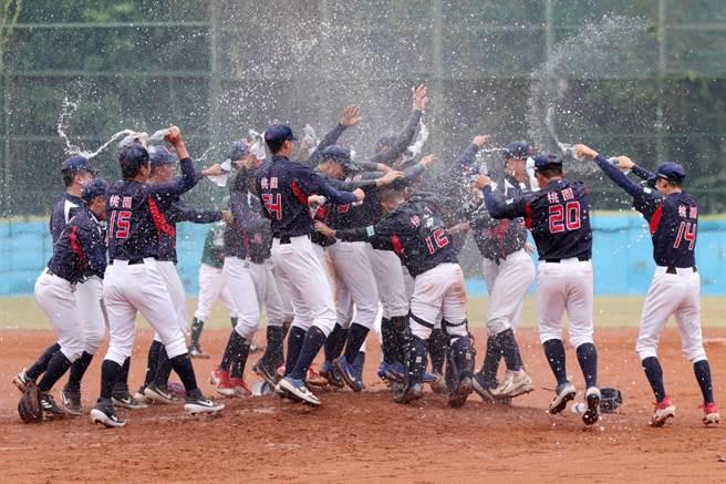 平鎮奪高中鋁棒聯賽冠軍,球員們衝出休息室開心灑水慶祝。(學生棒聯提供)