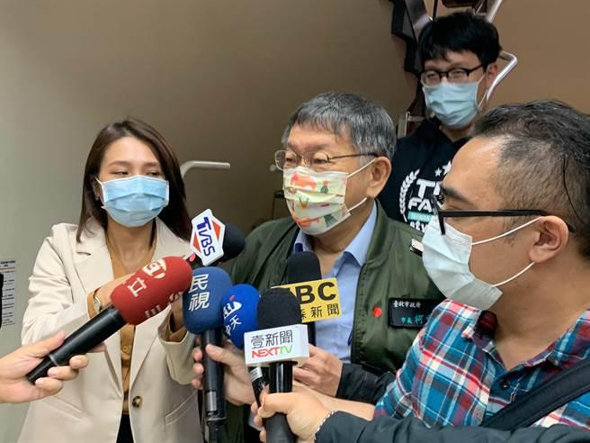 身兼民眾黨主席的台北市長柯文哲,今中午結束黨政聯繫會報後步出立法院黨團,針對社宅爭議,柯文哲痛批中央沒能力處理。(林縉明攝)