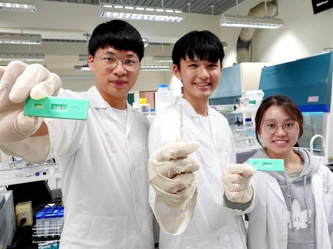 中正大學學生從預防醫療出發,發想新型登革熱病毒檢測試劑,有效提高檢測試劑的耐溫程度、降低保存門檻,也能在30秒得到檢測結果。(中正大學提供/李侑珊台北傳真)