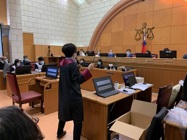 士林地院舉辦國民法官模擬法庭,檢察官為求逼真,購入當年凶手使用的柴刀、電擊棒當庭展示給國民法官觀看。(圖:李文正攝)
