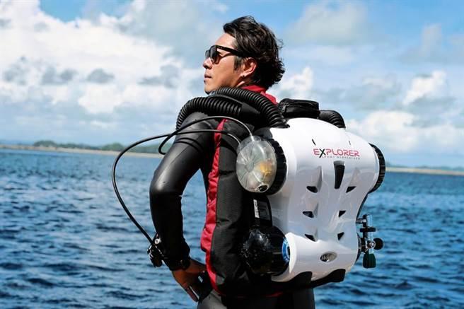 為了捕捉精彩瞬間,Yorko要背著重裝、手拿大台相機下海拍攝。(照片提供/Yorko Summer)