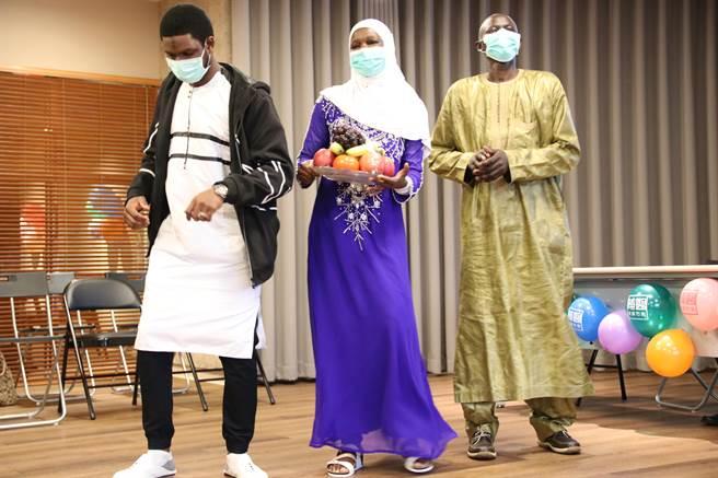 艾寶(右一)與妻子及友人一同跳塞內加爾的特色舞蹈,感謝院方治療並協助募款。(輔大醫院提供/李俊淇新北傳真)