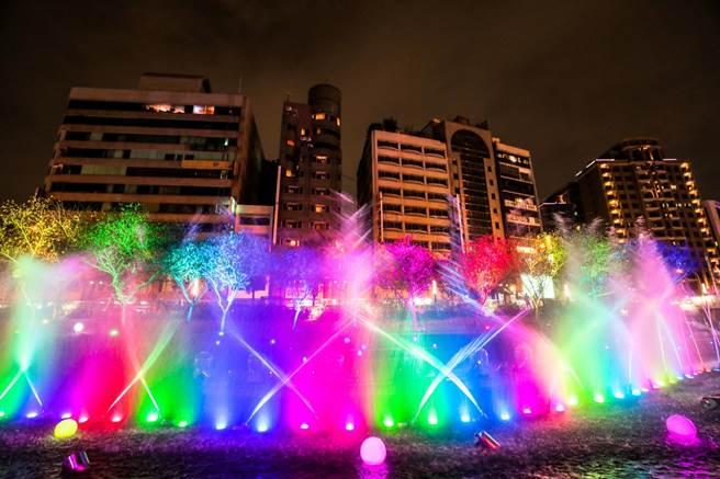 台中市首度在柳川推出耶誕水舞燈光秀「2020台中好YA誕」,試燈搶先曝光,光影音樂齊發絕美浪漫。(台中市府提供/陳淑芬台中傳真)
