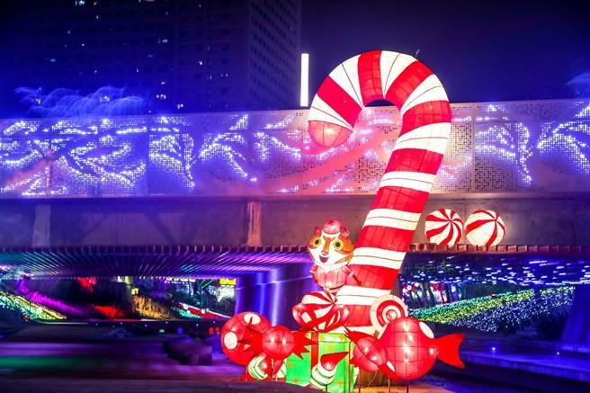 台中市首度在柳川推出耶誕水舞燈光秀「2020台中好YA誕」,虎爸與幸福柺杖糖-象徵興中糖果街。(台中市府提供/陳淑芬台中傳真)