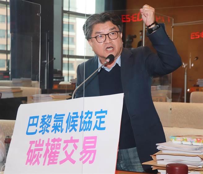 台中市議員李中9日要求台中市環保局具體落實低碳目標,要徹底應用103年就通過的台中市發展低碳城市自治條例。(陳世宗攝)