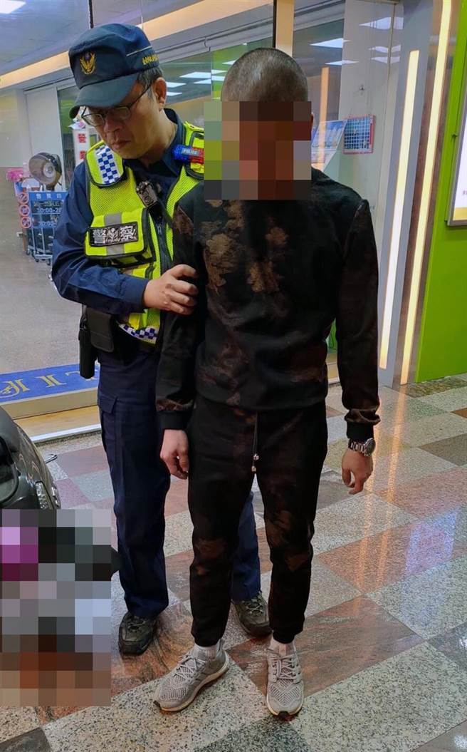何姓男子疑因懷疑妻子有外遇持槍前往妻子娘家對空開槍示警後被警方逮獲。(讀者提供/洪榮志台南傳真)
