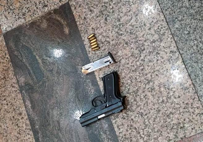 警方起出何姓男子作案用的改造手槍及子彈。(讀者提供/洪榮志台南傳真)