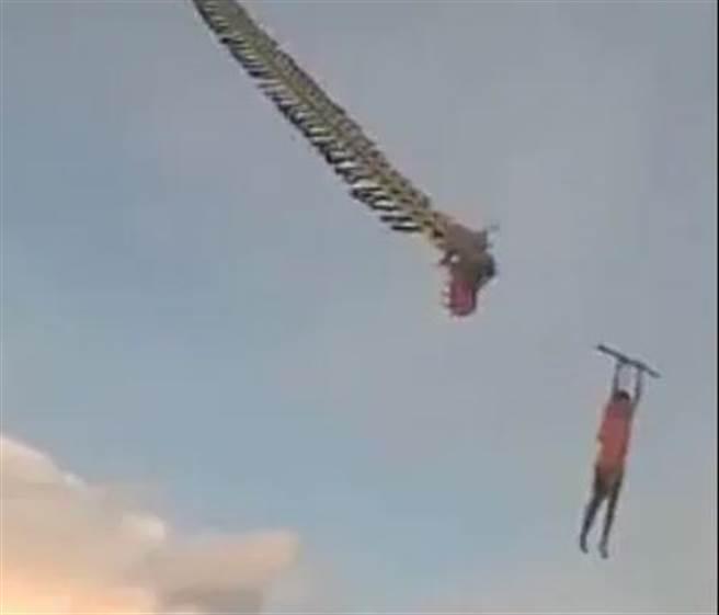 印尼12歲男孩被巨大的龍型風箏帶離地面。(圖/Facebook / BimChannel截圖)