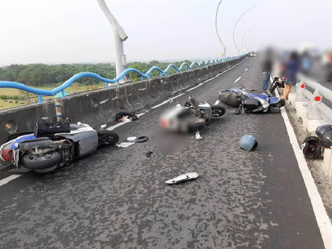 屏警停到高屏橋上的警用機車,竟造成後方來車追撞,警方正釐清事故原因。(警方提供/林和生屏東傳真)