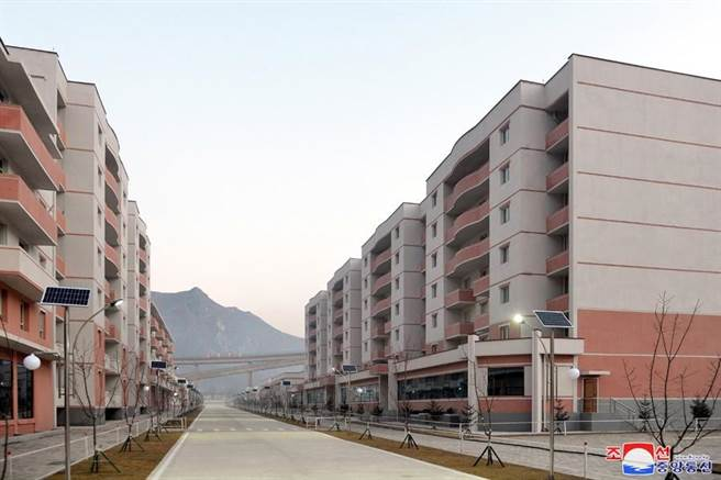 臉書粉專PO出北韓社區建設照片,並表示「路平、燈亮、水溝通」是基本的,引起網友熱議。(圖 翻攝自朝鮮經貿文化情報 DPRK臉書粉專)