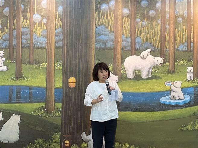 嘉義市長黃敏惠稱讚宣信國小共讀站的美學蘊含環保教育。(廖素慧攝)