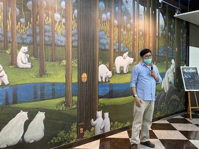 嘉義市宣信國小共讀站北極熊在森林裡,既美麗又有環保意涵,設計者莊信棠盼好好維護。(廖素慧攝)