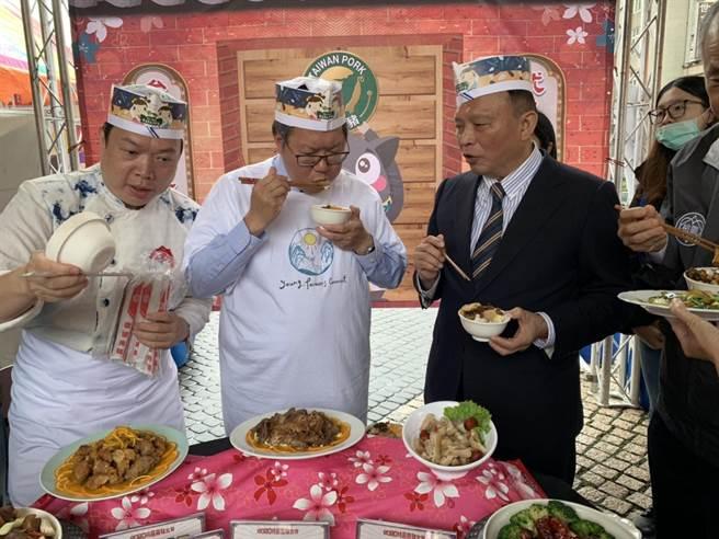 桃園市長鄭文燦9日親臨桃園黑豬肉大賞記者會,讚賞桃園黑豬肉創意料理,並現場試吃黑豬肉燥飯,表示無人能敵。(姜霏攝)