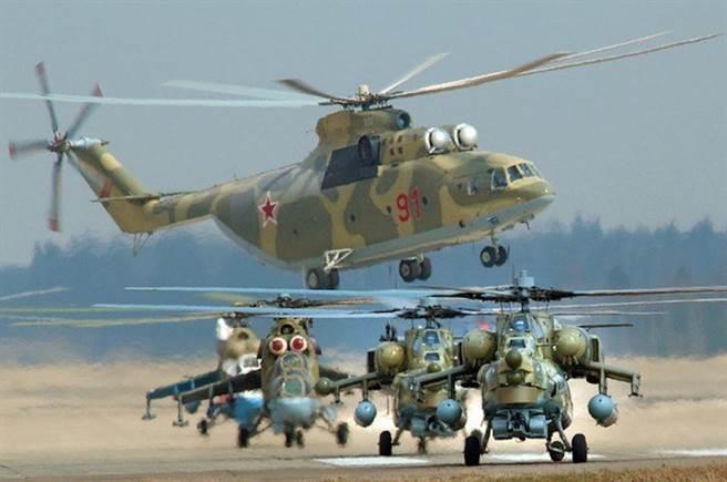 Mi-26(後方)與Mi-28(前方右)。前方左的是1架Mi-24。(圖/reddit)