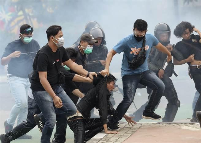 在10月8日的雅加達抗議中,3名便衣警察揪住1名抗議者領子,試圖強行將其帶離現場。之後他去了哪裡?是接受司法審判,還是被警方釋放,沒有人知道。就像沒人知道新法實施後,勞工權益與環保是否會因此更陷窘境。
