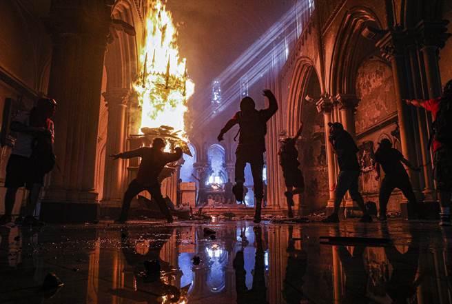 10月18日,在抗議中與警方發生激烈衝突的民眾,將怒火燒向與智利警察部隊卡賓槍騎兵關係密切的一間教堂,向其丟擲石塊與縱火。
