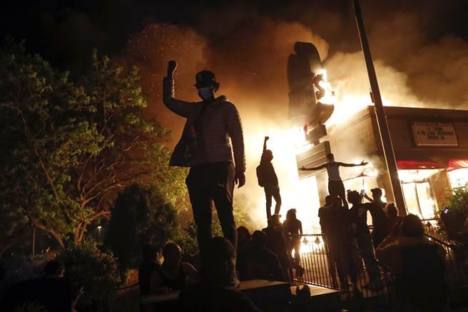 隨著抗議行動愈來愈激烈,抗議者的行為也逐漸脫序。三明治與速食一向被視為「貧窮者的飲食」,卻遭非裔人士焚燒知名速食店以表達他們對身處「飲食低層」的不滿。
