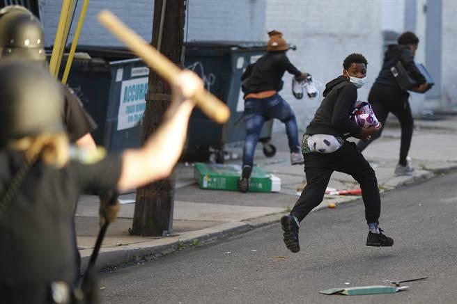 圖為賓州1名黑人趁火打劫,而遭到警方追趕。