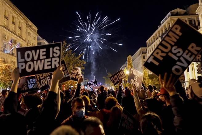伴隨媒體報導民主黨候選人拜登的當選,華府上空綻放絢麗奪目的煙火;而高呼「黑人的命也是命」的抗議群眾,則舉起「愛是力量」、「川普太超過」的牌子,向白宮新主人表達自己的立場。