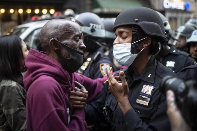 儘管雙方立場與陣營不同,但身為同胞的愛,讓紐約的非裔抗議者走向警方,與黑人警察握手致意。只有愛能跨越任何衝突與隔閡。