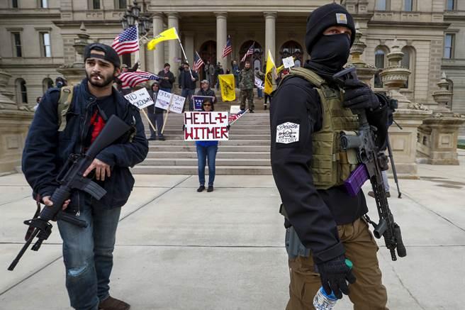 密西根州抗議活動最後更跟種族主義掛勾,民眾高舉「希特勒萬歲」的標語;讓州長惠特梅爾(Gretchen Whitmer痛斥,「呈現最糟的種族主義,和美國歷史難堪的一面」
