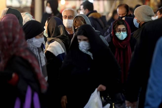 伊朗街頭人群擁擠,但當局害怕嚴峻封鎖令導致已千瘡百孔的經濟完全崩潰,而遲遲不願採取霹靂手段防疫。(圖/美聯社)