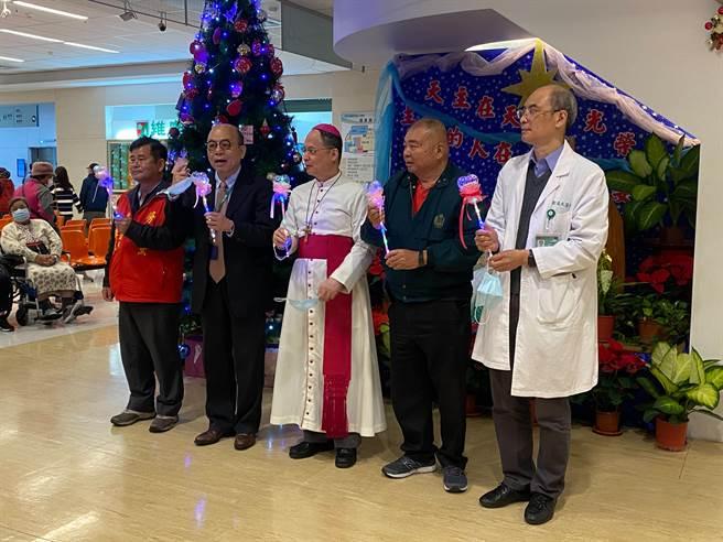 天主教仁慈醫院9日舉辦點燈活動,與會者祈禱肺炎疫情早日終止、大眾平安。(莊旻靜攝)