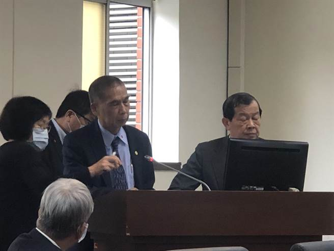 中油查德奧瑞油田轉讓手上半數權益給中國華信惹議,中油總經理李順欽(左)今在立法院報告事情經過。(圖:王玉樹攝)