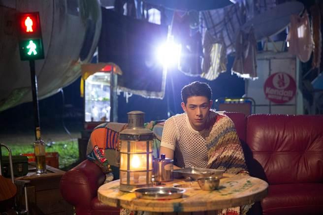〈百分百男人〉MV今天(12/9)於連晨翔YouTube官方頻道首播。(華納音樂提供)