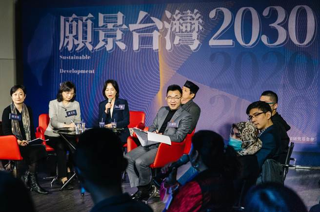 身兼智庫董事長的國民黨主席江啟臣(中)也出席傾聽並參與討論。(郭吉銓攝)