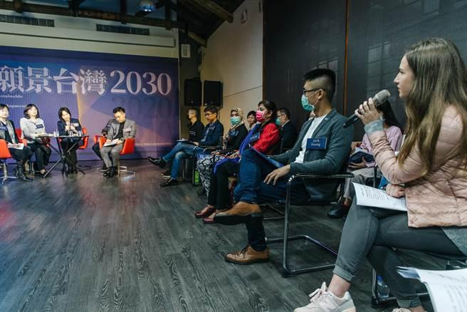 國民黨智庫國家政策研究基金會9日舉辦願景2030論壇的首場,邀請13位移工、新住民、LGBT分享包括生活上被歧視經驗在內的種種問題,希望讓社會大眾反思不經意造成的歧視問題;身兼智庫董事長的國民黨主席江啟臣(後左四)也出席傾聽並參與討論。(郭吉銓攝)