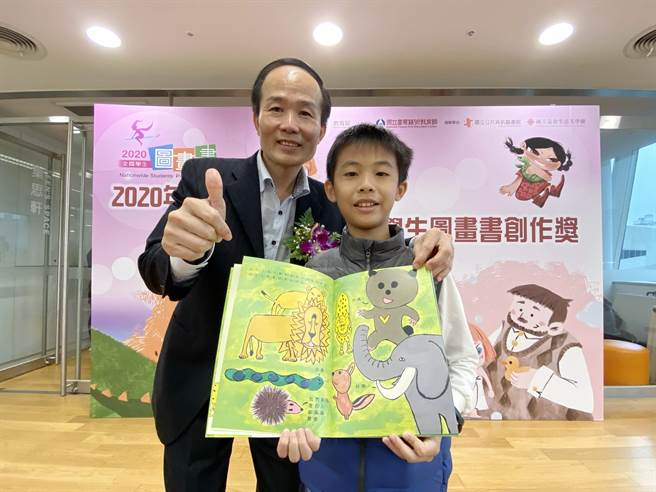 國小學童陳志冠(右)獲「全國學生圖畫書創作獎」國小低中年級組特優,國資圖館長劉仲成(左)鼓勵他的優異表現,並為他加油打氣。(陳淑芬攝)