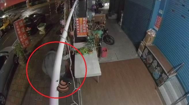 人行道上脫褲「站著大號」店家曝監視器看傻:不到30秒(圖片截自影片)