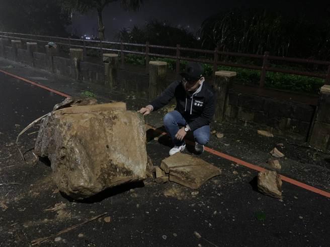 基隆市安樂區外木山湖海路二段,海神熱炒附近有落石掉落。(翻攝照片/陳彩玲基隆傳真)