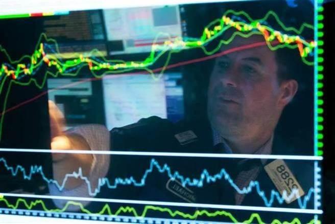 達里歐認為,在資金氾濫下,美股本益比將達50被不是問題。(圖/美聯社資料照)