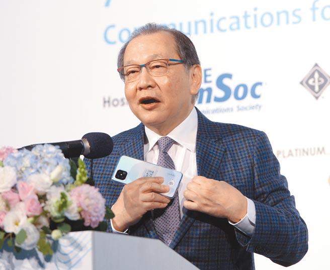 IEEE GlOBECOM全球通訊大會8日舉行,聯發科執行長蔡力行擔任首場論壇演講者,並現場秀出自己使用的搭載聯發科5G晶片oppo手機。圖/王德為
