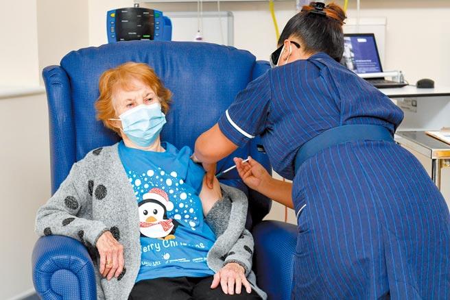 91歲的英國阿嬤基南,是全球首位接種輝瑞疫苗的人。圖/路透