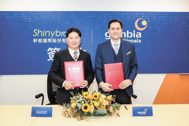 軒郁國際(左)與哥蘭比亞營養有限公司亞太地區副總裁David Townsend(右)進行簽約儀式,取得旗下高端全能乳清蛋白Salibra台灣獨家代理權。圖/業者提供