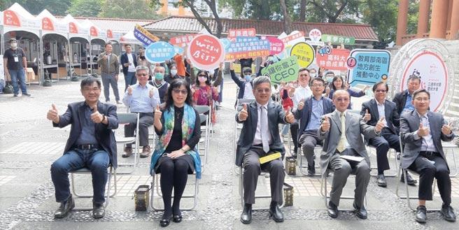 高科大校長楊慶煜(前排中)在繁忙校慶系列活動中,特別撥冗出席研發特色成果展,為參與展出的師生及配合單位加油打氣。圖/黃全興