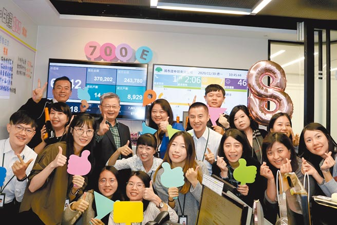 國泰證券董事長莊順裕與敦南分公司同仁一同慶賀11月交易額突破700億元。圖/國泰證券提供