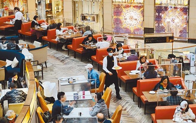美國聯邦眾議院全院7日一致通過《香港人自由和選擇法案》(Hong Kong People's Freedom and Choice Act),將為受到政治迫害的香港人士提供庇護。圖為香港中環一間正在提供堂食的餐廳。(中新社)