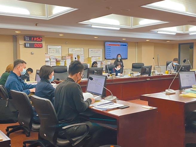 台北市政府規畫在美國在台協會(AIT)舊址改建為「音樂與圖書中心」,但預算卻一路暴增到81億,8日委員會仍暫擱預算。(游念育攝)