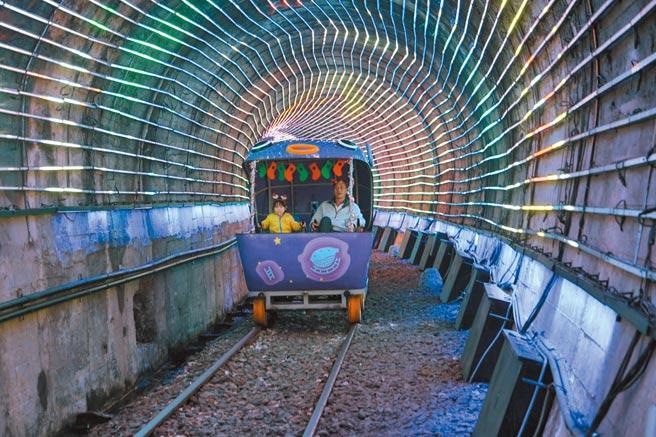 深澳鐵道自行車推出耶誕光環境隧道全新主題。(新北市觀旅局提供/葉德正傳真)