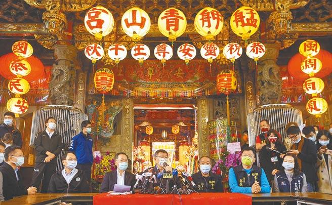 台北市長柯文哲(前排中)8日前往艋舺青山宮參拜,對日前廟會遶境噪音引民怨,柯文哲坦承類似活動有很大改善空間。(范揚光攝)