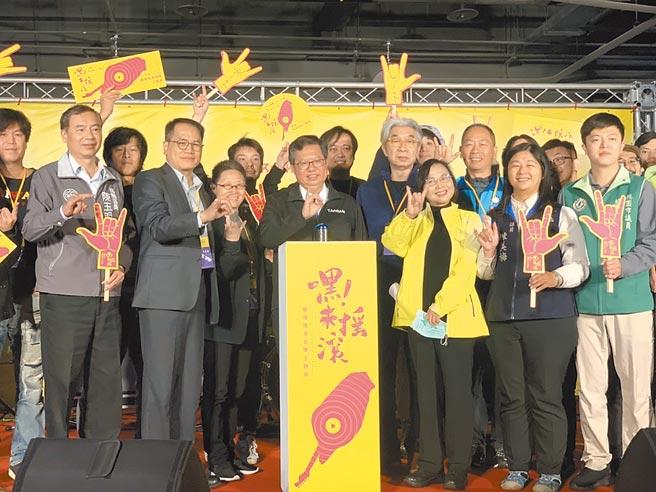 桃园市长郑文灿(中)8日出席「嘿!来摇滚-台湾摇滚音乐主题展」记者会,他表示,文化部与市府文化局合作于8日起至27日,在桃园展演中心举办台湾摇滚音乐主题展。(姜霏摄)