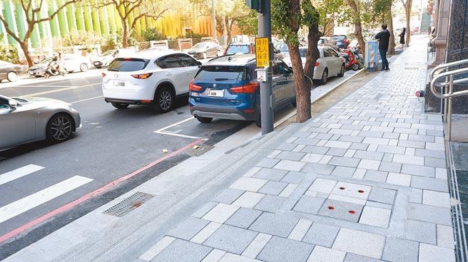新竹市三民國中、小周邊行人道改善工程即將完工,為「新竹之森」4公里環狀線拼上最後1塊拼圖。(陳育賢攝)