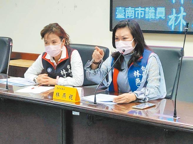 台南市议员林燕祝(右)、林美燕(左)痛批,24小时无人情趣用品店已进驻学校附近却无人管理。(洪荣志摄)